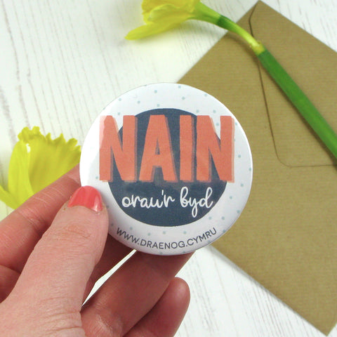 World's best gran badge or mirror 'Nain orau'r byd'