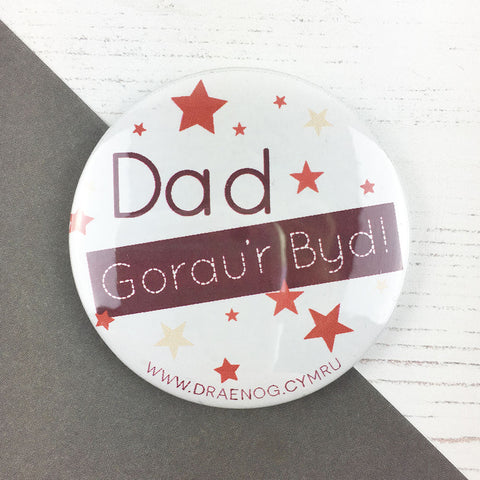 World's best dad badge 'Dad gorau'r byd' red - Draenog