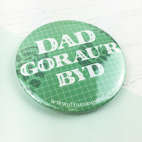 World's best dad badge 'Dad gorau'r byd' - Draenog