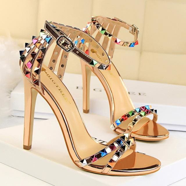 Trendy Strappy Buckle Sandals - Gold / 4.5