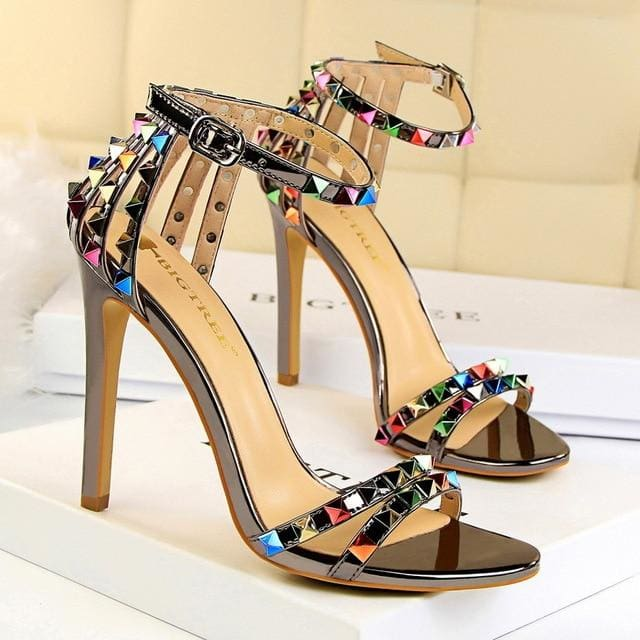 Trendy Strappy Buckle Sandals - Gray / 4.5