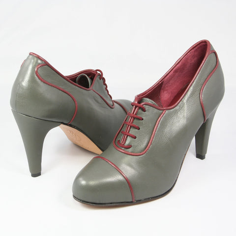 Aceso Oxford: Dark Gray w/Burgundy trim