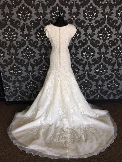 Size 14 champagne ivory Allure Bridal Lace Cap Sleeve Fit & Flare Sweetheart