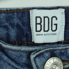 Laden Sie das Bild in den Galerie-Viewer, BDG by URBAN OUTFITTERS Jeans Gr. 29 Mod. Kick