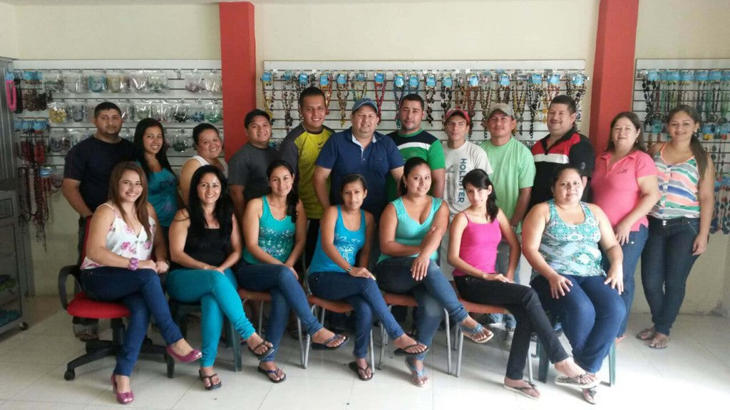 picture of the artisans in ecuador working with soraya