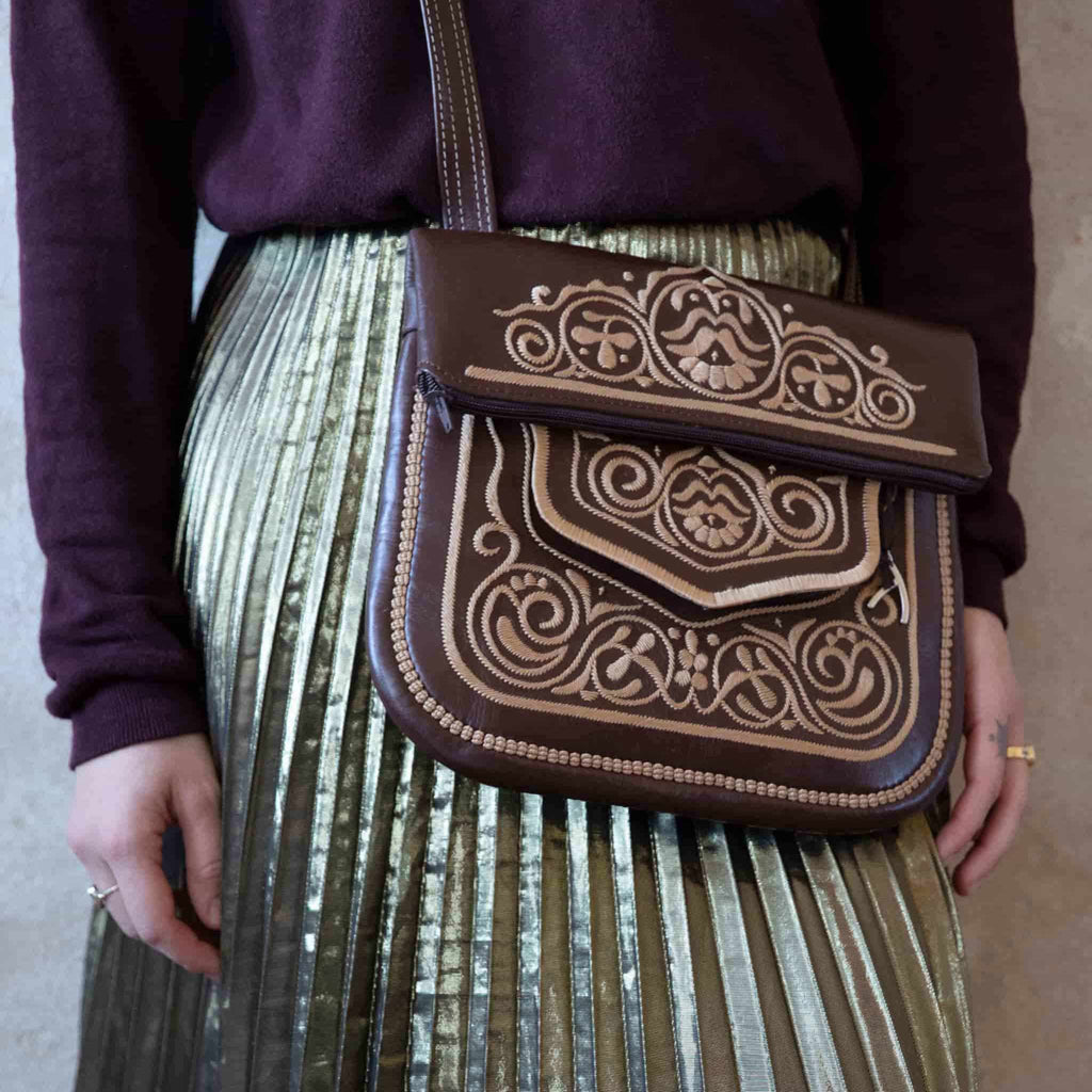 model carrying the berber bag in brown