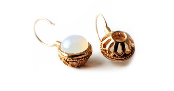 Vintage looking earrings with white stone ball in rose gold