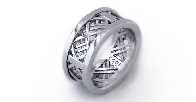 White gold ring with mash design