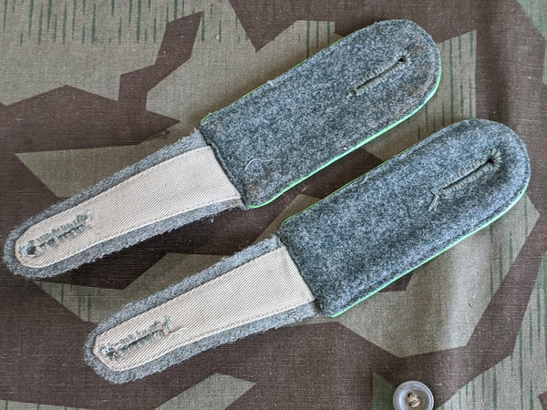 Repro Gebirgsjager Grass Green Piped Shoulder Boards