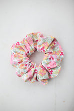 Load image into Gallery viewer, Swimmer Scrunchie 2020 - Daisy