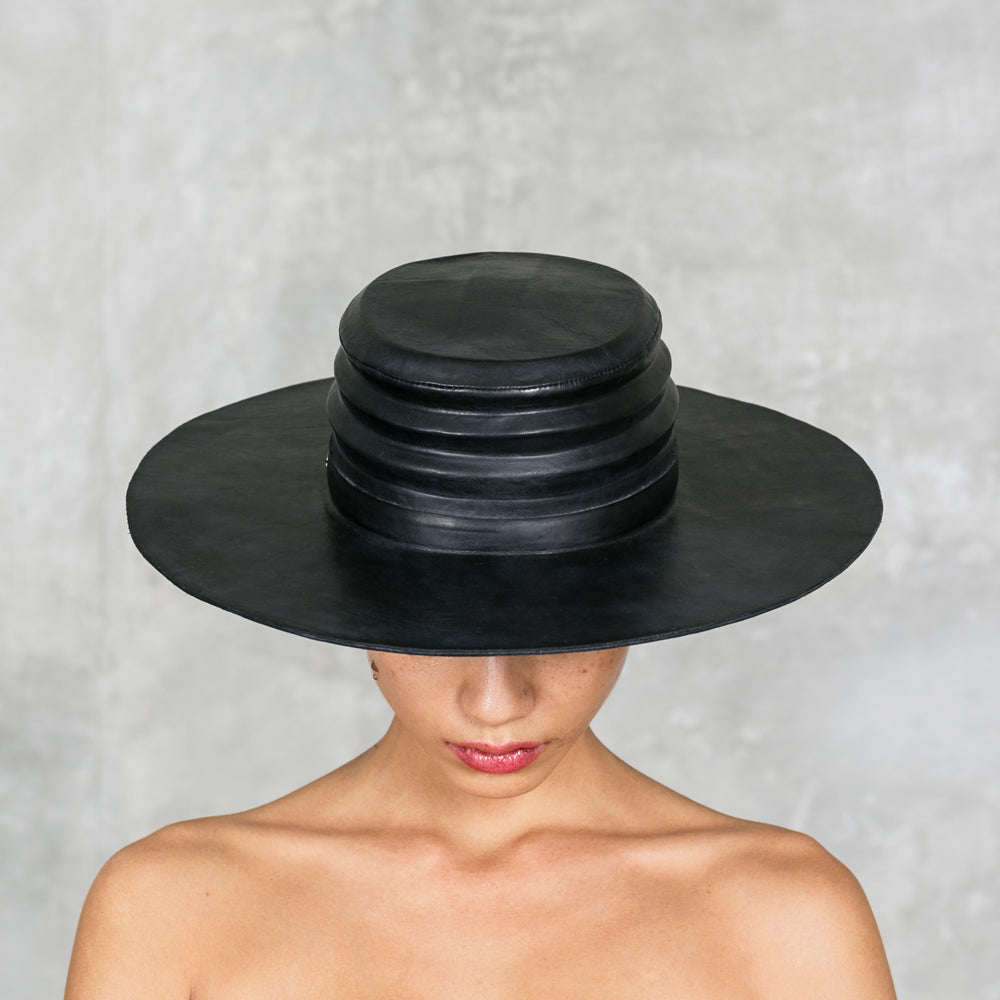 VERGE LEATHER HAT BLACK