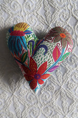Coeur brodé, fait main en Afrique de sud. Commerce equitable. Hand embroidered heart, fair trade. Made by the Forward Group in Cape Town.