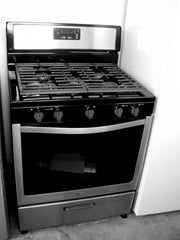 Used Reconditioned Black Stainless Whirlpool NAT Gas Range