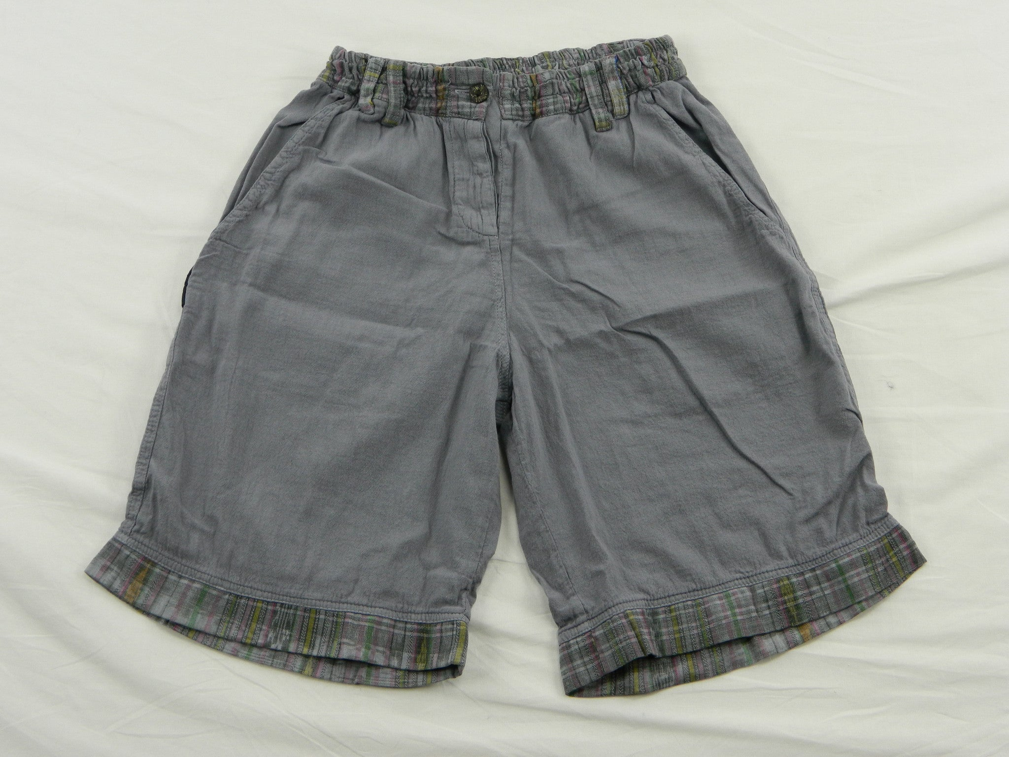 Women's shorts in garment dyed cotton with woven trim