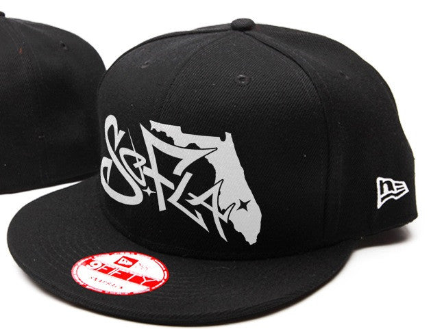Snapback Black/White Stitching
