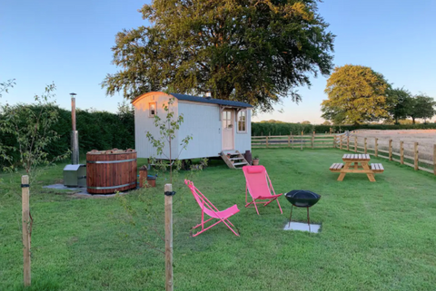 Airbnb - Secluded Stargazing Romantic Shepherds hut&hot tub