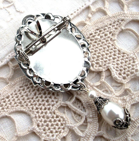 Brass Brooch with White Cameo and Pearls - Aranwen's Jewelry  - 4