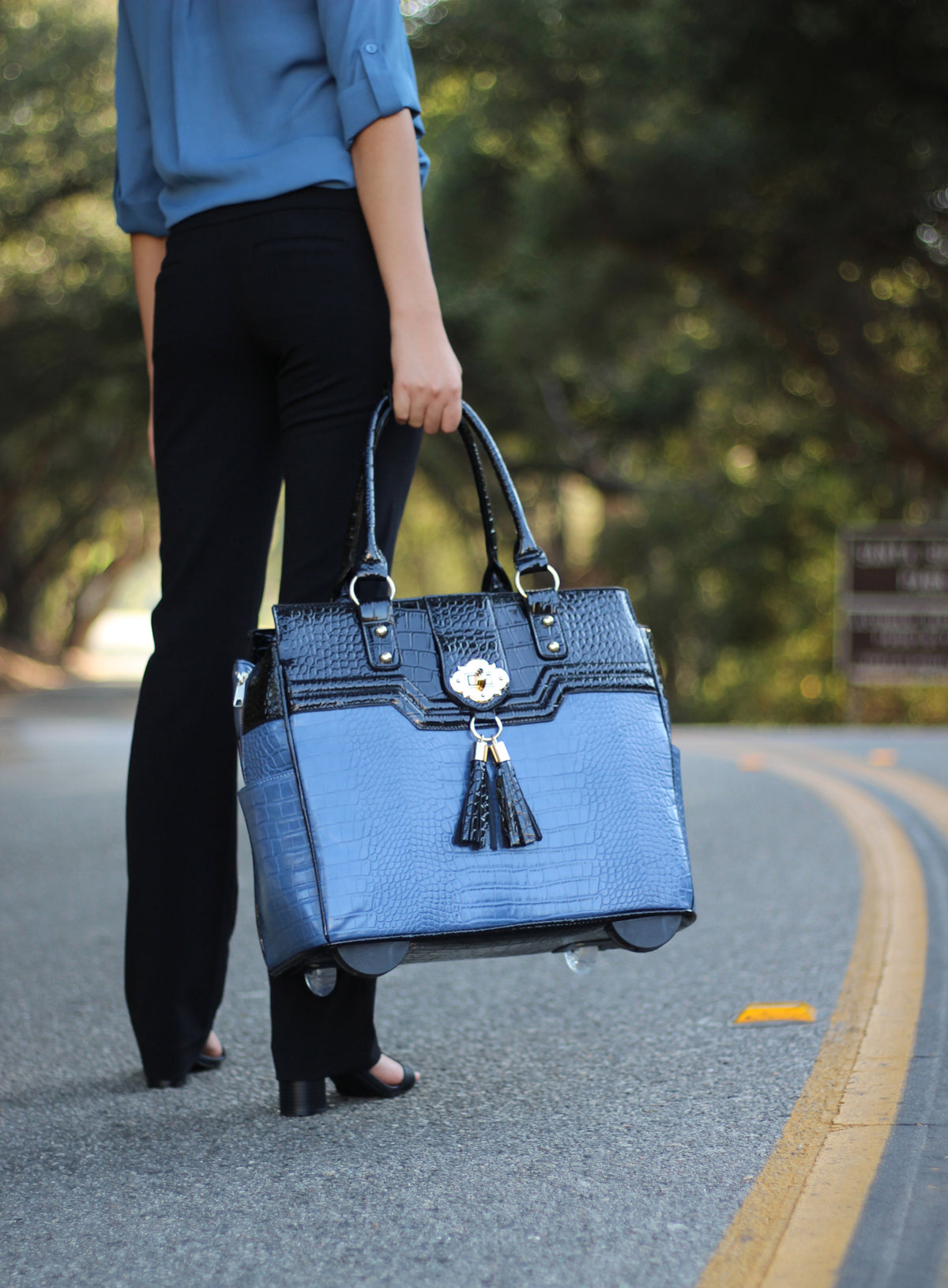 """THE OCEANSIDE"" Blue & Black Alligator Rolling 15.6"" Laptop Carryall Trolley Bag"
