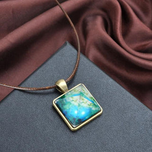 Glow In The Dark Pyramid Necklace - GenieMania Fr
