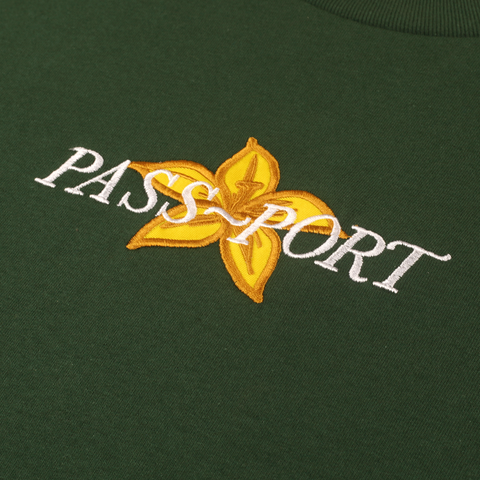 "PASS~PORT ""DAFFODIL APPLIQUE"" L/S TEE GRN"