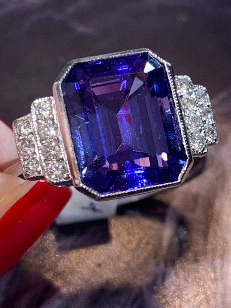 Fabulous tanzanite and diamond ring in platinum