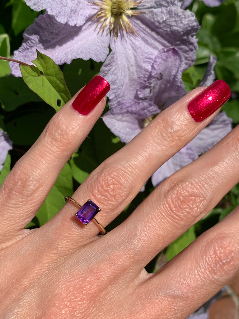 Stunning Amethyst Solitaire Ring in 18K Gold