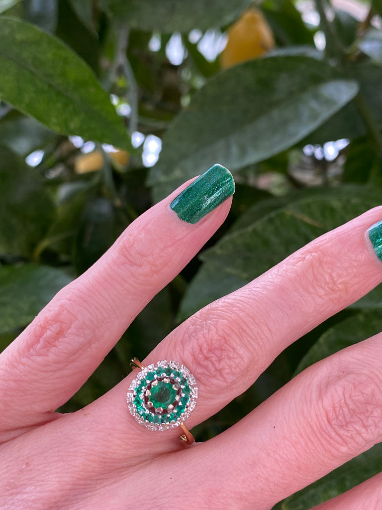 Beautiful Emerald and Diamond Ring in 18K Gold