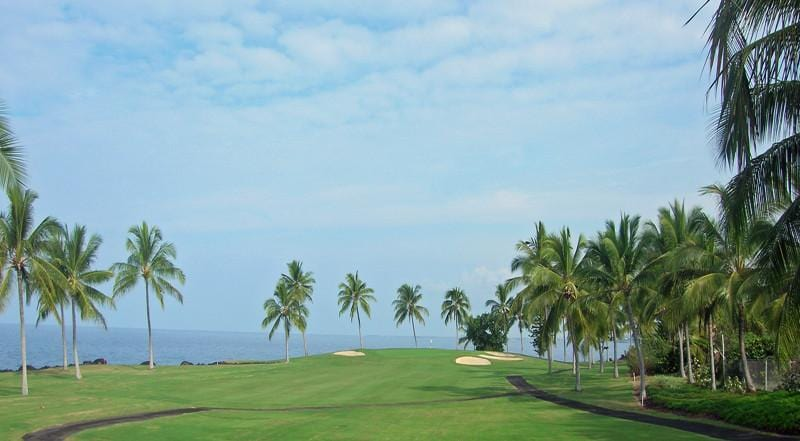 Kona Country Club 2nd Hole goes directly down to the ocean