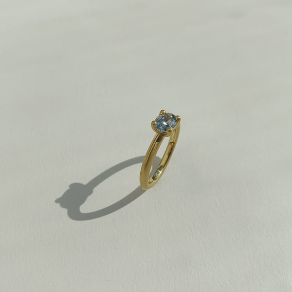 18k Green Gold Solitaire with Oval Montana Sapphire