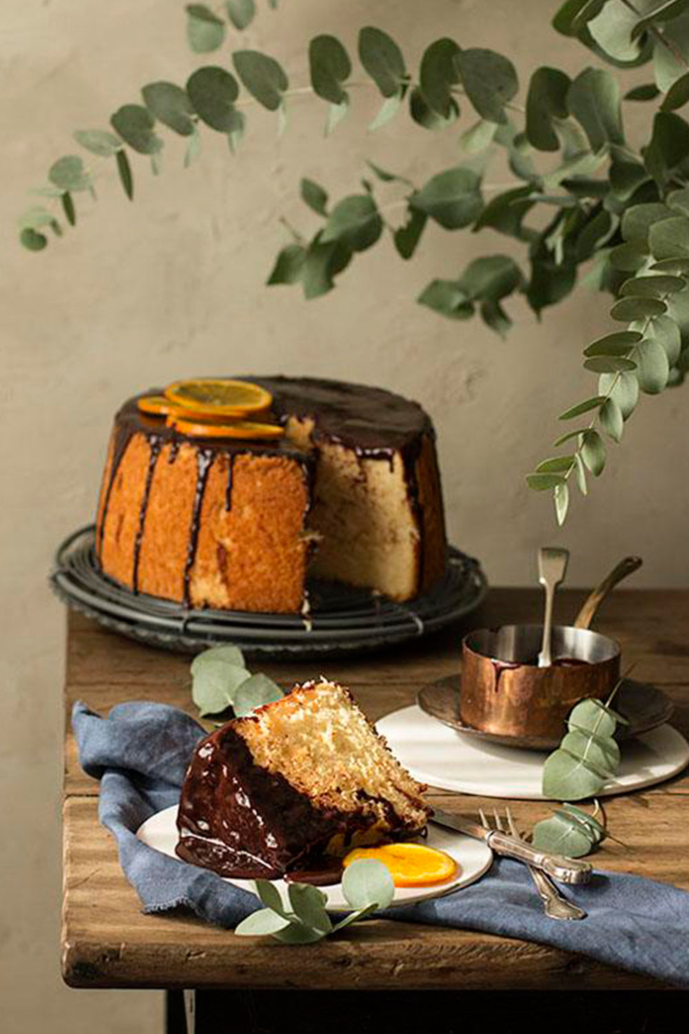 Orange chiffon cake con glaseado de chocolate y naranjas confitadas