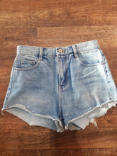"Load image into Gallery viewer, Pre-loved Denim Shorts ""Zara #2"". Size Xsmall"