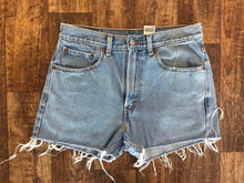Load image into Gallery viewer, Vintage Levi's Shorts - Size 32
