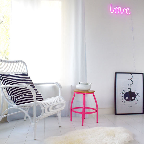 A little lovely company, Neon pink lampe - love vist på væg