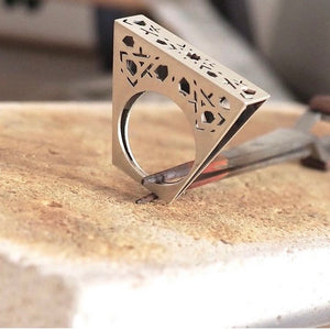 HANDMADE JEWELRY AND THE RELATIONSHIP WITH ITS AUTHOR