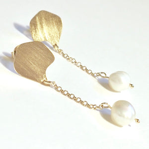 Chain earrings from the Platonic Aphrodite Collection. Gold plated silver and baroque pearl. Contemporary jewelery series handcrafted in Granada, Spain. Signature jewelry design inspired by Greek mythology. Crafts of Granada. Local product. Special, unique and original earrings. Trendy earrings.