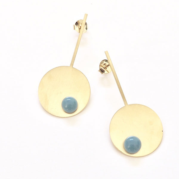 Long blue blue disc earrings from the PIB collection by PLATÓNICA. Gold plated silver and glass. Minimalist jewelry. Contemporary jewelry. Author jewelry. Made in Granada, Andalusia, Spain. Jewelry workshop in the Albaicín. Crafts. Hand-made jewelry. Jewels made from Andalusia. Geometry. Modern and sophisticated style.