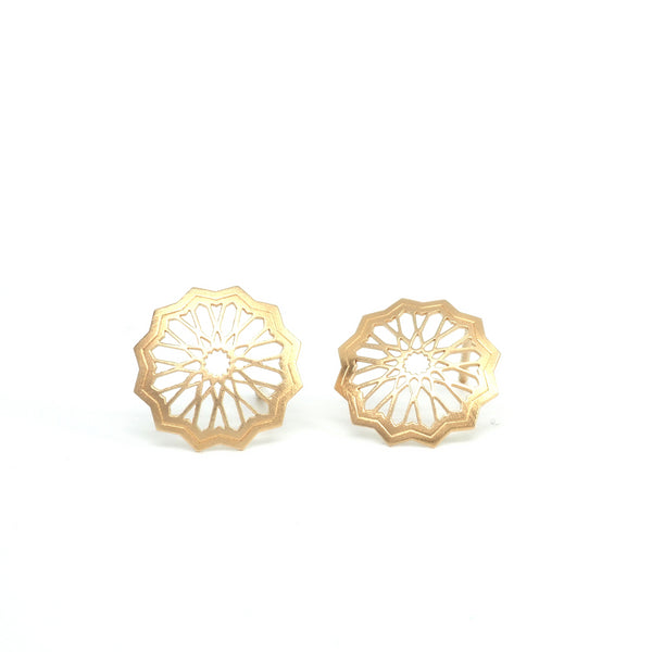 Small Star stud earrings from the Andalusí collection by PLATÓNICA. Gold plated silver. Author jewelry. Contemporary jewelry. Hand-made jewelry. Jewelry inspired by the Alhambra and the Alcázar of Seville. Jewelry workshop in the Albaicín, Andalusia, Granada, Spain. Unique jewels. Exclusive designs. Jewels made of Andalusia.