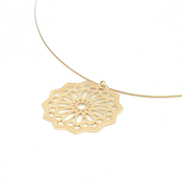 Star pendant from the Andalusí collection by PLATÓNICA. Gold plated silver. Author jewelry. Contemporary jewelry. Hand-made jewelry. Jewelry inspired by the Alhambra and the Alcázar of Seville. Jewelery workshop in the Albaicín, Andalusia, Granada, Spain. Unique jewels. Exclusive designs. Jewels made of Andalusia.