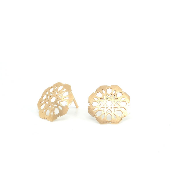 Small Mudejar through earrings from the Andalusí collection by PLATÓNICA. Gold plated silver. Author jewelry. Contemporary jewelry. Hand-made jewelry. Jewelry inspired by the Alhambra and the Alcázar of Seville. Jewelry workshop in the Albaicín, Andalusia, Granada, Spain. Unique jewels. Exclusive designs. Jewels made of Andalusia.
