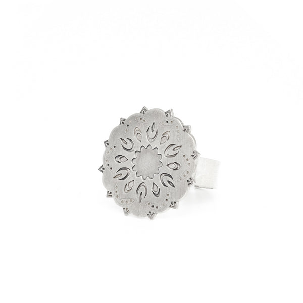 Big dream ring from the oriental Collection of PLATÓNICA. Sterling silver, 925 silver. Exotic-inspired earrings, pendants and rings. Bohochic, exotic and minimalist style. Jewelry handcrafted in our Albaicín workshop. Granada crafts. Jewelry with mandalas. Andalusian jewels. Jewelry made in Spain.