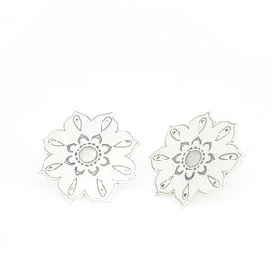 XXL flower through earrings. Oriental collection by PLATÓNICA. Sterling silver, 925 silver. Exotic-inspired earrings, pendants and rings. Bohochic, exotic and minimalist style. Jewelry handcrafted in our Albaicín workshop. Granada crafts. Jewelry with mandalas. Andalusian jewels. Jewelry made in Spain.