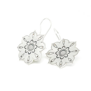Flower hook earrings Oriental collection of PLATÓNICA. Sterling silver, 925 silver. Exotic-inspired earrings, pendants and rings. Bohochic, exotic and minimalist style. Jewelry handcrafted in our Albaicín workshop. Granada crafts. Jewelry with mandalas. Andalusian jewels. Jewelry made in Spain.