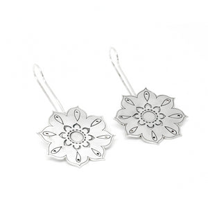 Long flower hook earring from the oriental Collection of PLATÓNICA. Sterling silver, 925 silver. Exotic-inspired earrings, pendants and rings. Bohochic, exotic and minimalist style. Jewelry handcrafted in our Albaicín workshop. Granada crafts. Jewelry with mandalas. Andalusian jewels. Jewelry made in Spain.