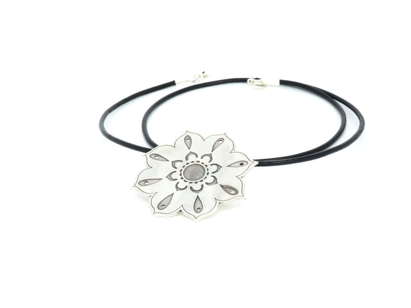 Flower pendant from the oriental Collection of PLATÓNICA. Sterling silver, 925 silver. Exotic-inspired earrings, pendants and rings. Bohochic, exotic and minimalist style. Jewelry handcrafted in our Albaicín workshop. Granada crafts. Jewelry with mandalas. Andalusian jewels. Jewelry made in Spain.