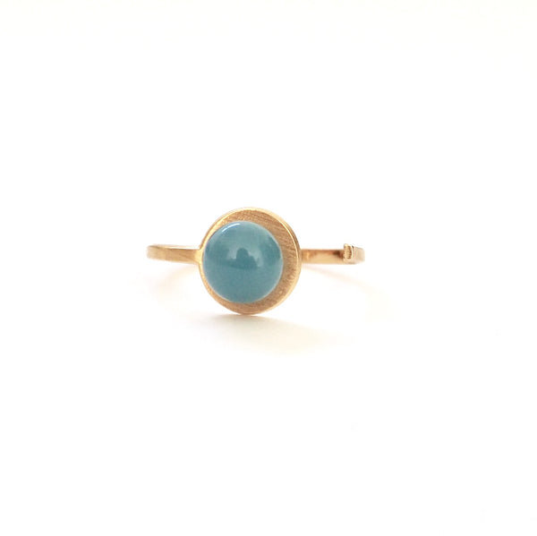 Small Blue Blue Button Adjustable Ring from the PIB collection by PLATÓNICA. Gold plated silver and glass. Minimalist jewelry. Contemporary jewelry. Author jewelry. Made in Granada, Andalusia, Spain. Jewelry workshop in the Albaicín. Crafts. Hand-made jewelry. Jewels made from Andalusia. Geometry. Modern and sophisticated style.