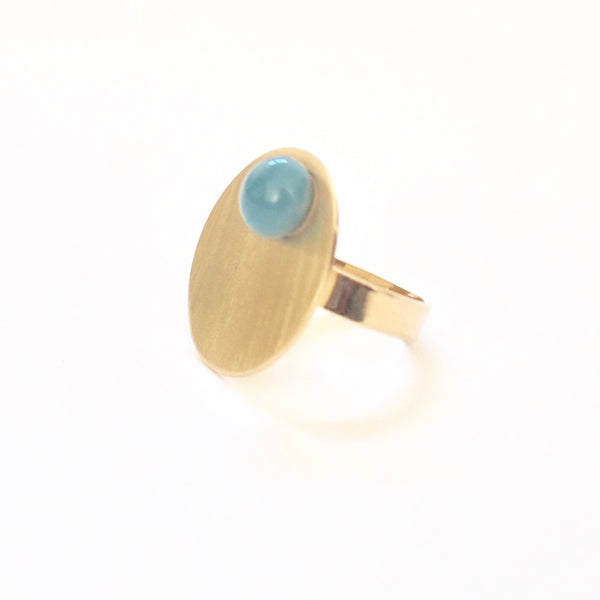 Blue Disc Adjustable Ring from the PIB collection by PLATÓNICA. Gold plated silver and glass. Minimalist jewelry. Contemporary jewelry. Author jewelry. Made in Granada, Andalusia, Spain. Jewelry workshop in the Albaicín. Crafts. Hand-made jewelry. Jewels made from Andalusia. Geometry. Modern and sophisticated style.