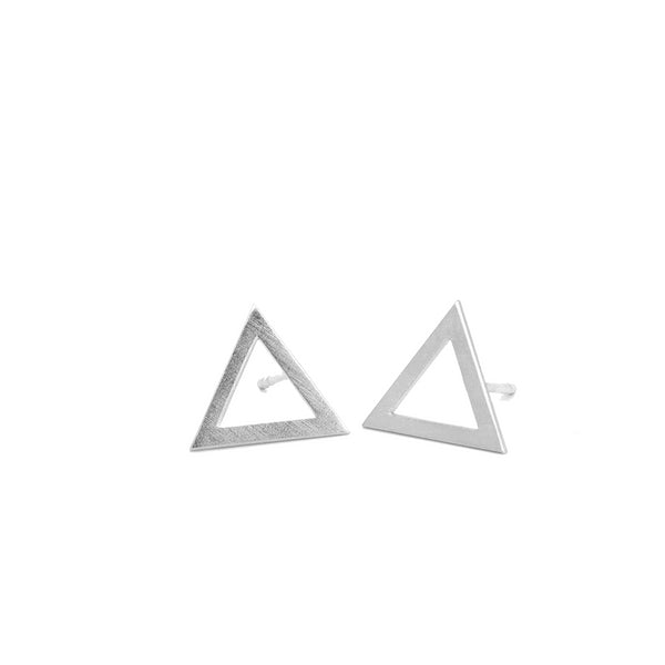 SILVER DRAWN TRIANGLE EARRING. PLATONICA. MINIMAL COLLECTION. CONTEMPORARY JEWELRY. MINIMALIST JEWELRY. AUTHOR JEWELRY. MADE IN GRANADA. MADE IN ANDALUSIA. MADE IN SPAIN. CRAFTS. HAND-MADE JEWELRY