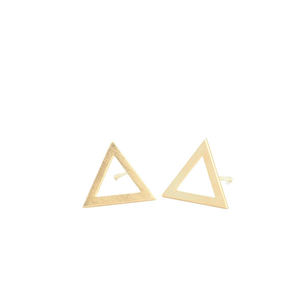 Triangle earrings from the Minimal collection by PLATÓNICA. Gold plated silver. Minimalist jewelry. Contemporary jewelry. Author jewelry. Made in Granada, Andalusia, Spain. Jewelry workshop in the Albaicín. Crafts. Hand-made jewelry. Jewels made from Andalusia. Geometry. Simple and elegant style.