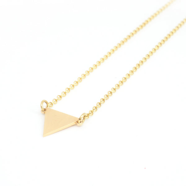 Triangle pendant from the Minimal collection by PLATÓNICA. Gold plated silver. Minimalist jewelry. Contemporary jewelry. Author jewelry. Made in Granada, Andalusia, Spain. Jewelry workshop in the Albaicín. Crafts. Hand-made jewelry. Jewels made from Andalusia. Geometry. Simple and elegant style.
