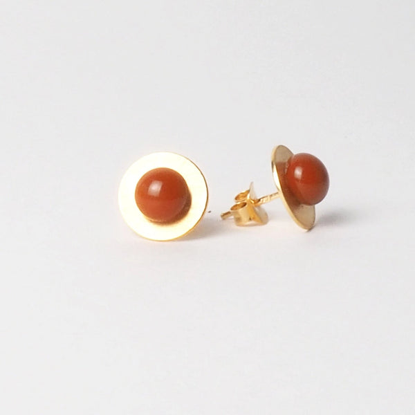 Small Orange button earrings from the PIB collection by PLATÓNICA. Gold plated silver and glass. Minimalist jewelry. Contemporary jewelry. Author jewelry. Made in Granada, Andalusia, Spain. Jewelry workshop in the Albaicín. Crafts. Hand-made jewelry. Jewels made from Andalusia. Geometry. Modern and sophisticated style.